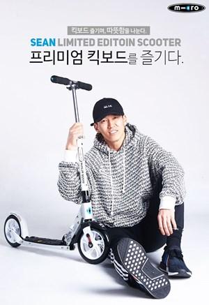 가수 션이 '션 리미티드 에디션' 마이크로 킥보드 출시를 알리고 있다.